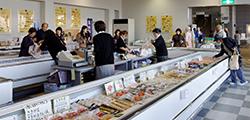 工場見学 試食・お買い物光景の写真